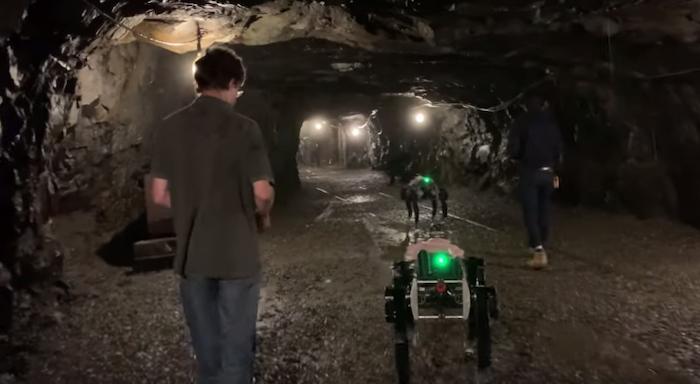 צפו: כלבים רובוטיים סורקים מנהרות בניסוי של דרפא