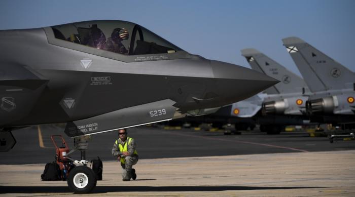 סרבל, חליפה וציוד מיוחד לטייסי F-35 בסביבה של לוחמה כימית-ביולוגית