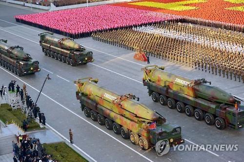 """קוריאה הצפונית חושפת טיל בליסטי חדש שמסוגל לפגוע בארה""""ב"""