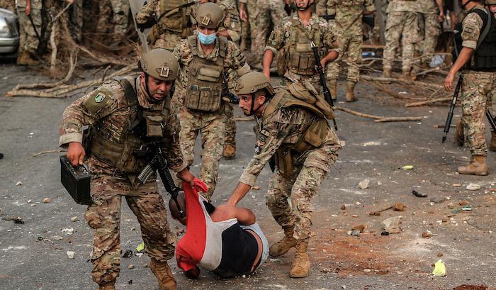 הפוליטיקאים פורשים, חיזבאללה במשחק כפול והמדפים ריקים: מי ייקח את לבנון בידיים?