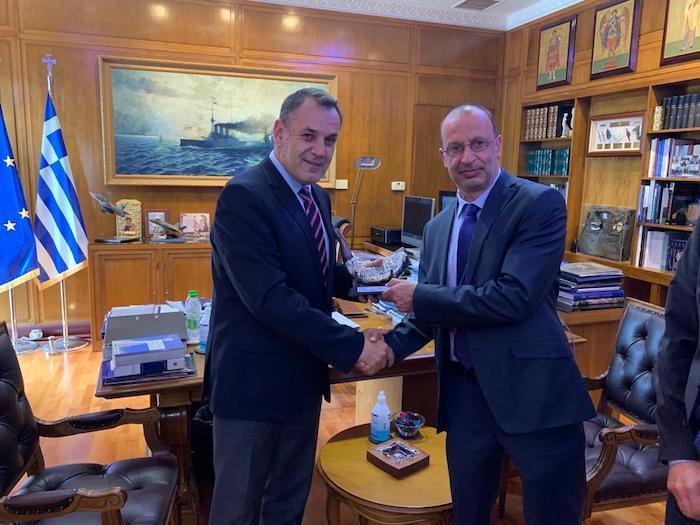 שר הביטחון היווני ניקולאוס פנאגיוטפולוס עם יורם שמואלי מנכ״ל חטיבת כלי טיס באלביט מיד לאחר החתימה על החוזה