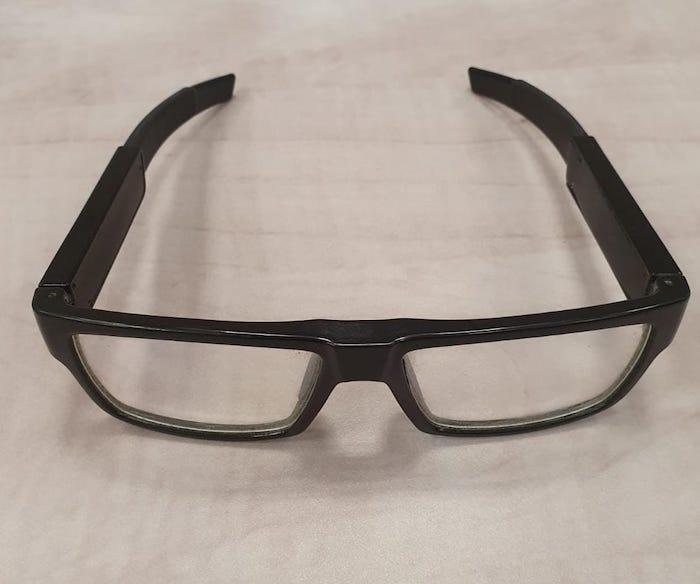 """קניון הזהב בראשל""""צ: גבר צילם נשים בתאי מדידה באמצעות משקפיים עם מצלמה"""