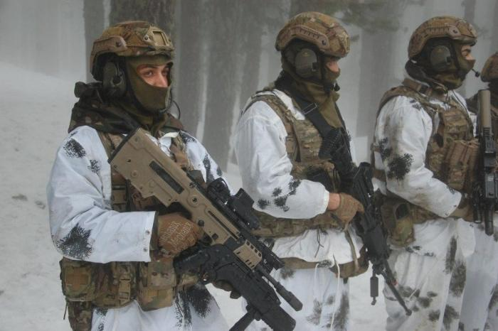 Cypriot paratroopers use Israeli weapons