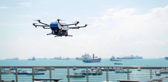 סינגפור: הושק שירות העברת מטענים מהחוף לאניות בנמל בעזרת רחפנים